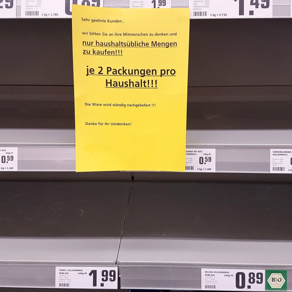 Leeres Regal im Supermarkt.